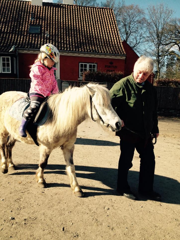 Ella på hest