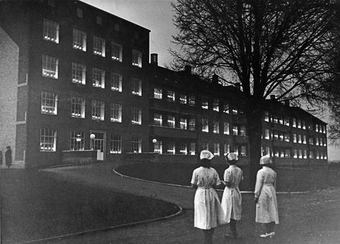 000256f040_bispebjerg_hospital_med_lys_i_vinduerne_4_maj_1945-sygeplejehistorisk-museum