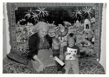 Mor med nabo børn