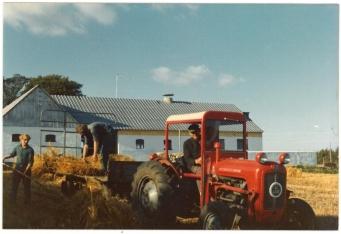 Far kører traktoren