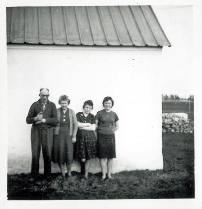 Far en søndag eftermiddag sammen med Mor, Birtha og Eva