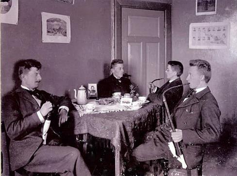 Emry og hans seminarist venner med deres lange piber