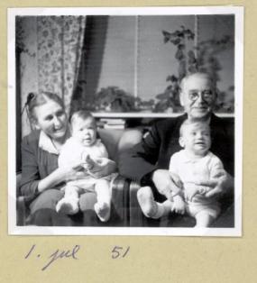 Asta og Emry med Maria og Torben jul 1951