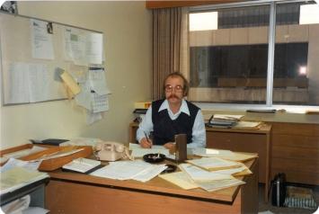 Willem bag skrivebordet