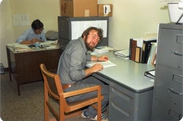 Henry sidder ved sin desk