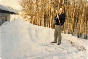 Willem skovler sne på carporten