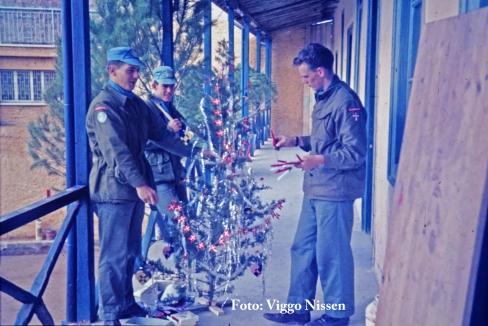 Juletræet pyntes på YAMA