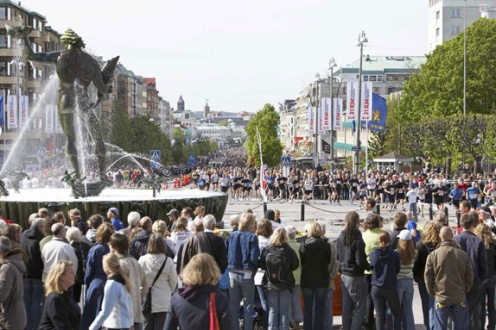 Massr af tilskuere der hepper