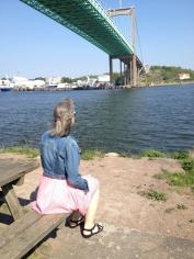 Maria kigger op på Elvsborg broen som løbet passerer