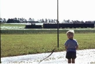 Henrik kigger på toget