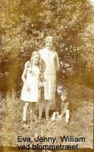 Eva ved blommetræet med Jenny og Willian