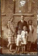 Eva i midten med Far og hushjælp Ruth