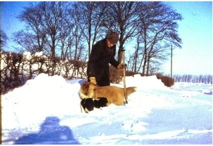 Far kaster sne og rydder op til landevejen