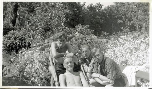 William og kammeraterne nyder det i haven