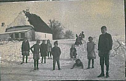 Børnene kærer slæde på bakken
