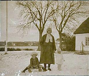 Agnethe og børnene ude i snen