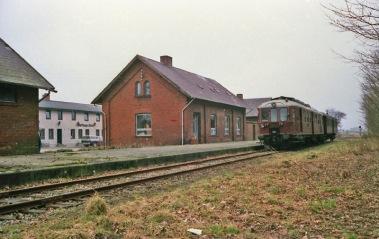Toget venter på Østrup Staion