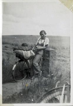 Eva med Cykel og lange bukser