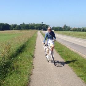 Maria på sin nye cykel
