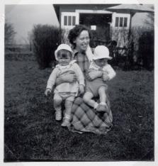 Ruth med tvillingerne - havehuset i baggrunden