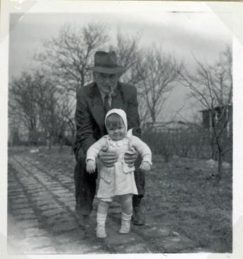 Marias første skridt med Morfar
