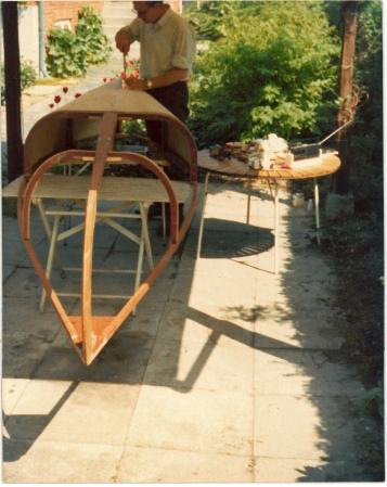 Havebordet som støtte for bygning af kano