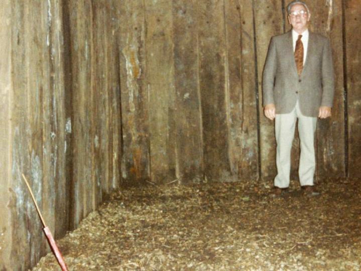 Kristian Elmholdt i den restaurerede våbenhule