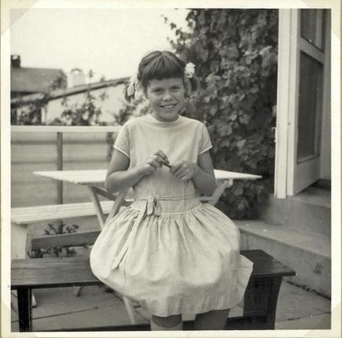 Maria på terrassen filer negle med havebordet i baggrunden