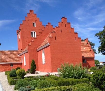 Den flotte rødmalede Odden kirke