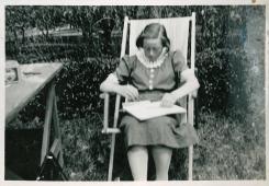 Ruth hygger sig i haven