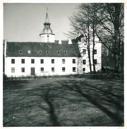 Slottet set fra haven - elevværelser i tagetagen