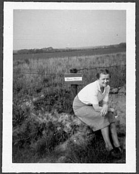 Ermegaard sidder her ved et minefelt - efter befrielsen i 1945