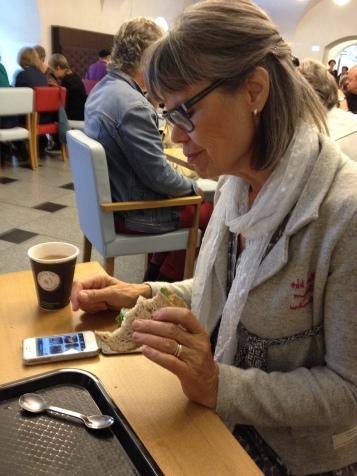 Te sandwich og check af Iphone