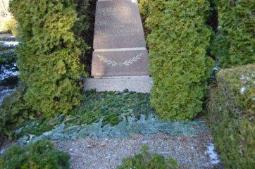 Rødby headstone med gran