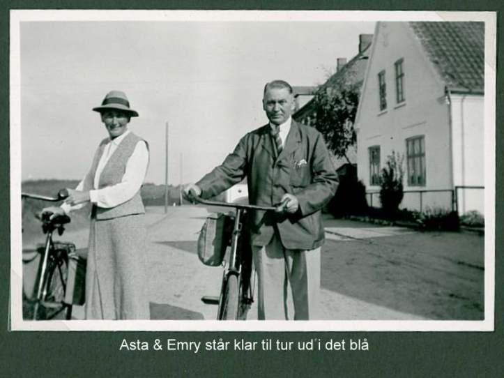 Emry og Asta klar ved cyklerne
