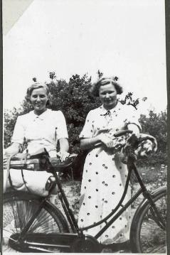 Eva og veninde klar til at sidde op