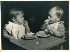 Der smages og rodes med kagen
