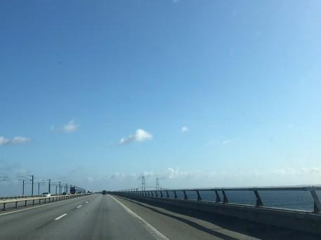 Afsted over Storebæltsbroen i strålende sol