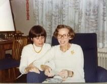 Maria og Mor Ruth læser julekortene