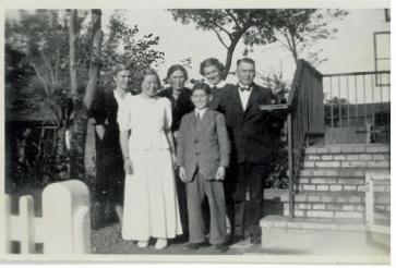 Ruth som konfirmand med familien
