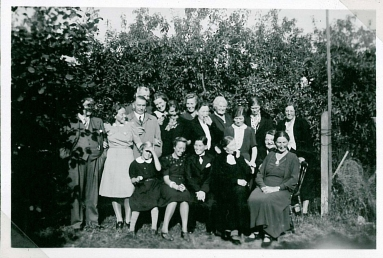 William omgivet af gæsterne