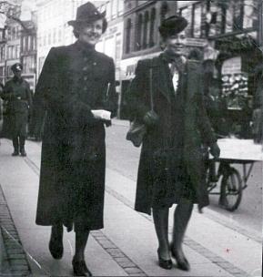 """Ermegaard og Helle på """"Strøget"""" København under besættelsen. I venstre side en tysk officer."""