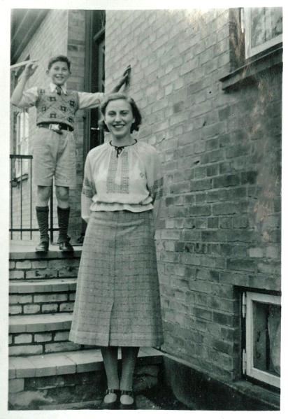 Eva ved indgangen og William står på øverste trin