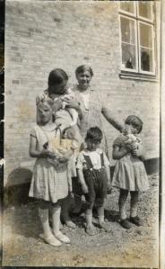 Frk. Ejbye med børnene og deres dukker og kæledyr