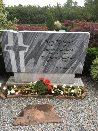 Jen Kjeldahl og Thoras gravsten på Gislum kirkegård