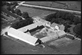 Kjeldgården foto 1946. Jernbanen ses bag gården.