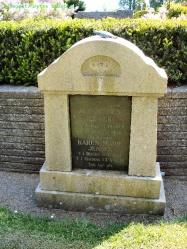 Gravsten på Gislum kirkegård. Ole og Karen Jensen (Fisker), Grønninggård.