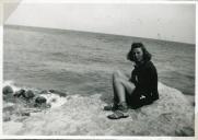 Eva overvejer om hun skal en tur i bølgerne
