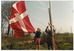 Nyrup Elma (mor) og Peder (far) hejser flaget