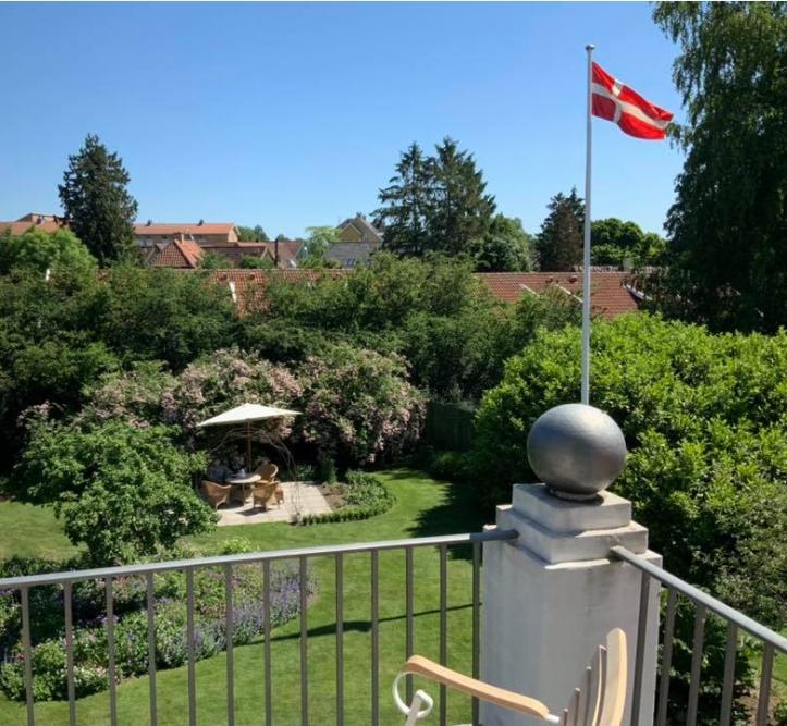 Anna-Dorthes farfars flag her på 100 års dagen for genforeningen-1
